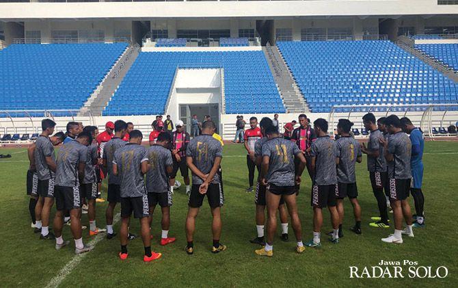 OPTIMISTIS: Sesi latihan Persis Solo di Stadion Batakan Balikpapan.