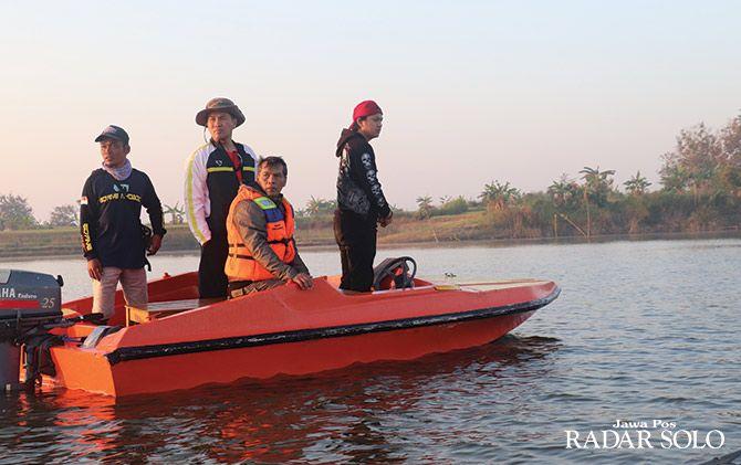 TIDAK MAIN-MAIN: Bupati Wonogiri Joko Sutopo (dua dari kanan) pimpin langsung razia branjang apung di Waduk Gajah Mungkur.