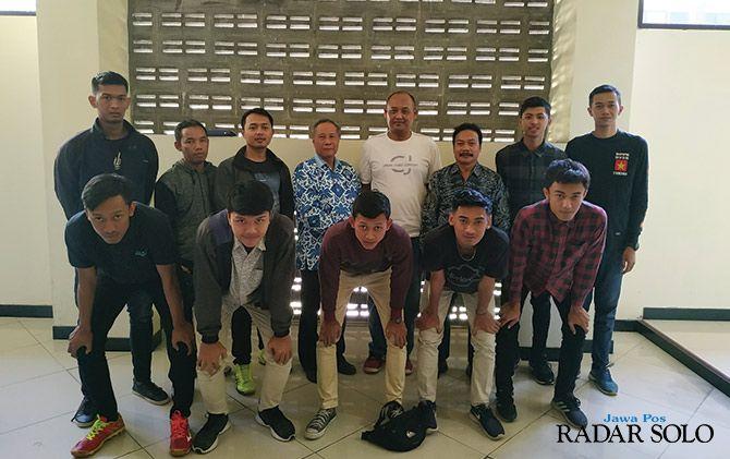 OPTIMISTIS: Atlet bola voli Unisri saat hendak berangkat menuju Surabaya, untuk mengikuti kejuaraan ANVC.