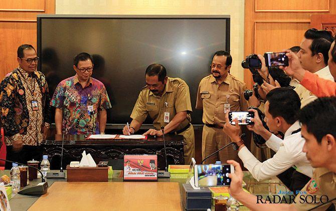 SINERGI: Wali Kota Surakarta F.X. Hadi Rudyatmo menandatangani MoU dengan BCA.