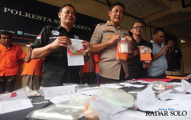 TAK ADA HABISNYA: Barang bukti dan tersangka narkoba yang diamankan polresta Surakarta