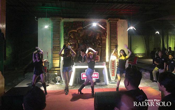 PUSAT PERHATIAN: Personel sexy dancer saat menghibur tamu pada launching kafe dan resto di kawasan Kabupaten Karanganyar.