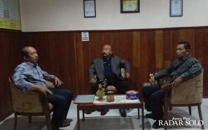 Mantan bupati Sragen Agus Fatchur Rahman (kiri) bersama kuasa hukum di kantor Kejari sesaat sebelum ditahan beberapa waktu lalu