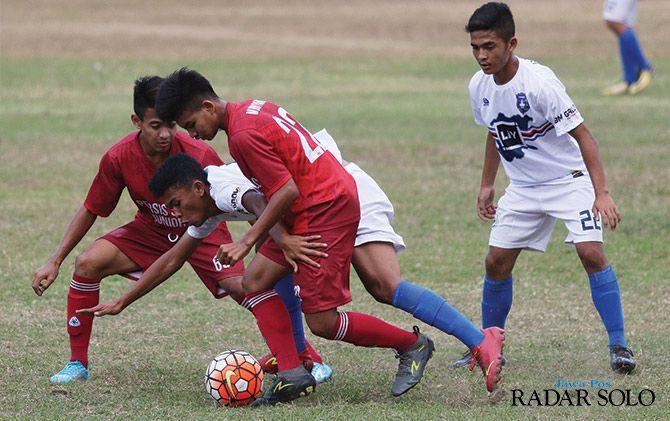 TERKENDALA PERSOALAN RUNYAM: Pertandingan Persis Solo junior di ajang Piala Soeratin U-17 zona Jateng musim lalu.