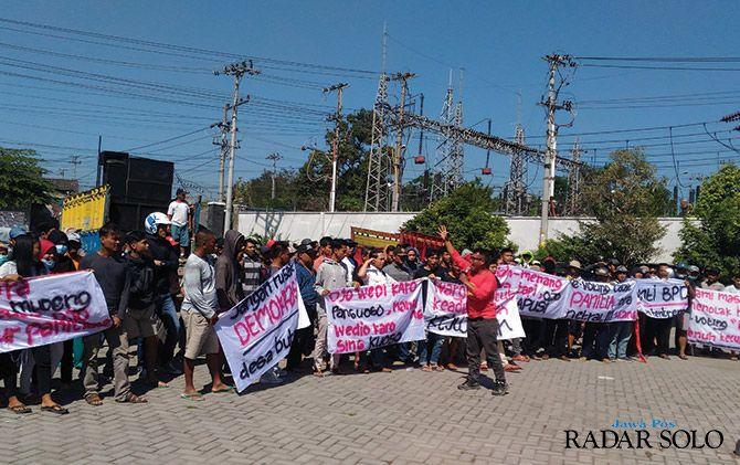 DEMO: Ratusan warga Desa Butuh, Kecamatan Mojosongo mendatangi kantor kecamatan setempat untuk menyampaikan protes atas hasil Pilkades, kemarin (9/7).
