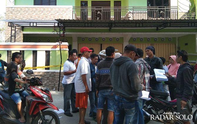 Para warga yang jadi korban investasi bodong obat herbal menggeruduk kantor PT Krishna Alam Sejahtera