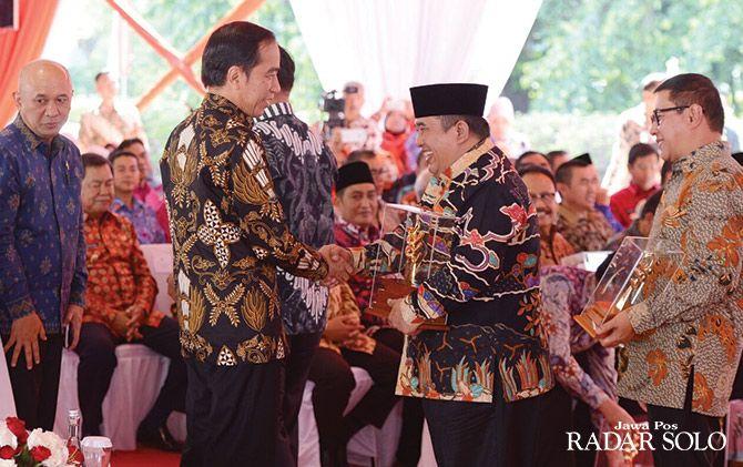 MEMBANGGAKAN: Bupati Sukoharjo Wardoyo Wijaya menerima penghargaan Nirwasita Tantra bidang lingkungan dari Presiden Joko Widodo beberapa waktu lalu.