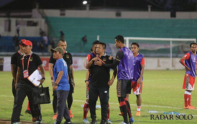 BERANG: Coach Agus Yuwono ditenangkan dua pemain Persis Solo saat kecewa atas keputusan wasit di laga Martapura FC (14/7)