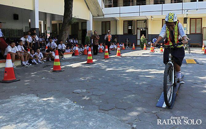 UJI SKILL: Murid SMP Kanisius I ikuti sosialisasi praktik teknik bersepeda kemarin (17/7).