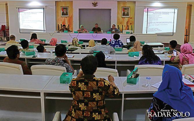 KOORDINASI: Sekda Surakarta Ahyani (tiga dari kiri) pimpin rapat persiapan peringatan 30 tahun Konvensi Hak Anak.