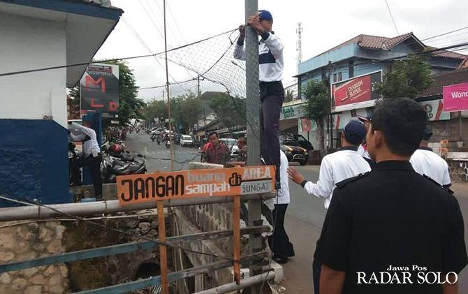 ANTISIPASI: Warga Desa/Kecamatan Pracimantoro pasang jaring di sungai agar tak jadi sasaran buang sampah.