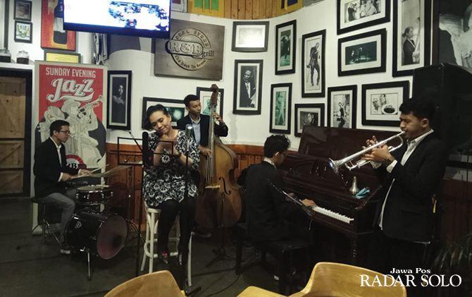 MENGHIBUR: Perform musik jazz di R&B Grill Solo.