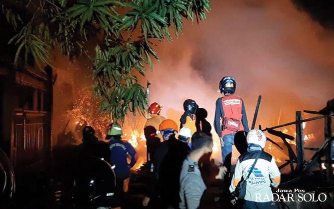 Petugas pemadam kebakaran dan relawan berupaya memadamkan api