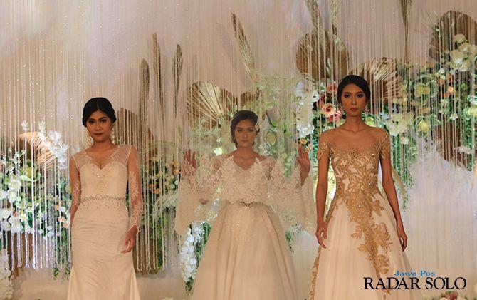 ANGGUN DAN ELEGAN: Rancangan wedding gown karya Robby Dion dipamerkan dalam fashion show di ballroom The Sunan Hotel Solo, kemarin (31/7).