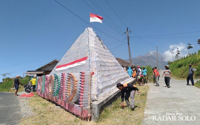 GO GREEN: Warga Dusun Surodadi, Desa Tarubatang, Kecamatan Selo, Boyolali menyelesaikan pembuatan piramida dari bahan botol plastik bekas, kemarin (5/8).