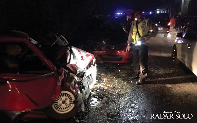 KORBAN JIWA NIHIL: Kondisi tiga mobil yang terlibat kecelakaan beruntun di Desa Gedong, Kecamatan Ngadirojo Sabtu sore (3/8).