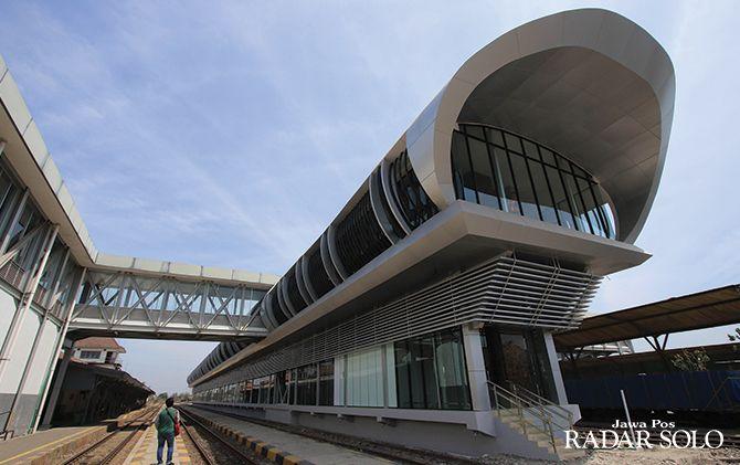 MENJULANG: Bangunan peron kereta bandara di Stasiun Balapan ini tampak megah. Meski sudah selesai dikerjakan Juni lalu, namun belum digunakan.