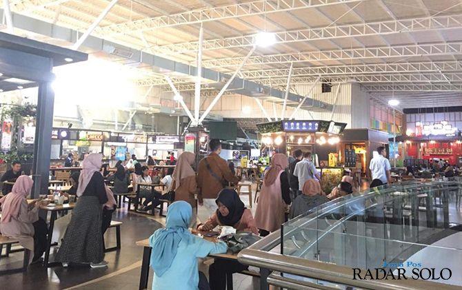 RAMAI: Pengunjung memadati Food Court Solo Paragon.