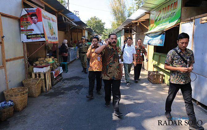 WADAHI PEDAGANG: Wali Kota Rudy meninjau lokasi pasar darurat Pasar Legi di sekitar Monumen Banjarsari.