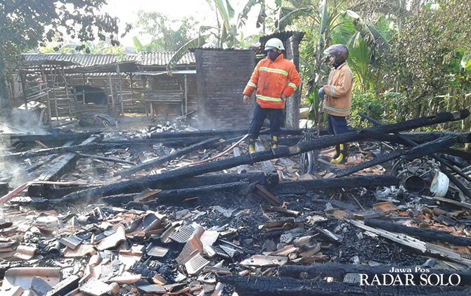 Petugas pemadam kebakaran dibuat sibuk dengan kejadian kebakaran di tiga rumah, Minggu (11/8).