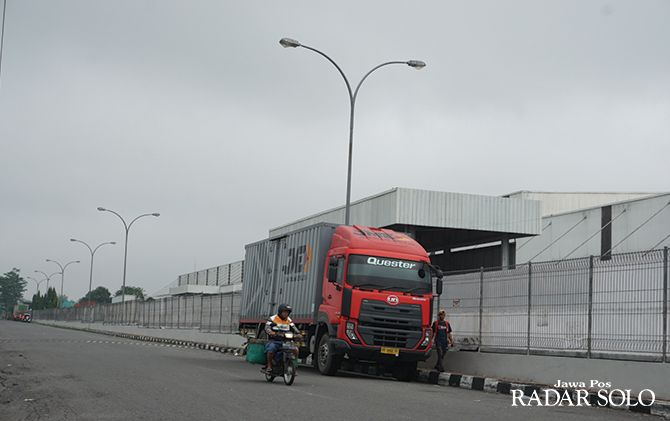 BERKEMBANG: Warga melintasi kawasan industri di Desa Kemudo, Kecamatan Prambanan.