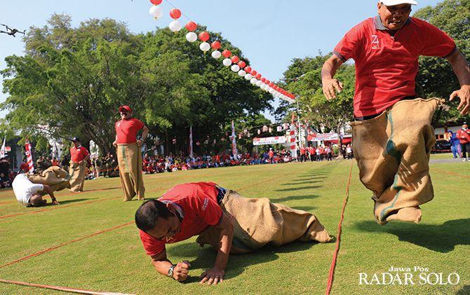 SEMARAK KEMERDEKAAN: Wali Kota Surakarta F.X. Hadi Rudyatmo sempat terjatuh saat ikut lomba balap karung sambut HUT RI ke-74 di balai kota, Senin (12/8).