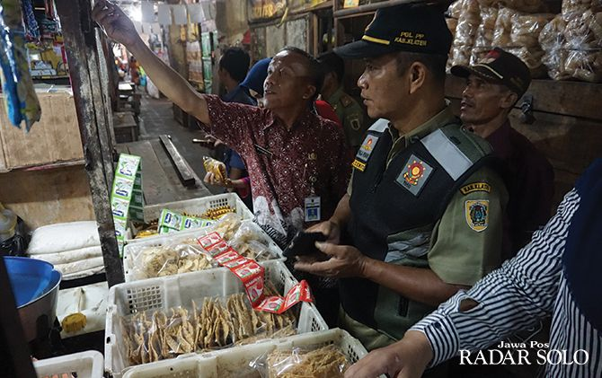 SOSIALISASI: Petugas dari Dinas Perdagangan, Koperasi dan UMKM Klaten melakukan sidak di Pasar Induk Klaten, belum lama ini. Pemkab bakal terapkan e-retribusi pedagang pasar.