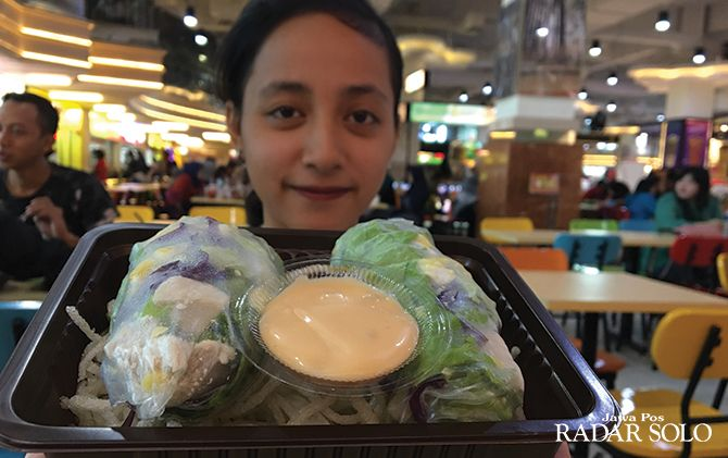 MENYEHATKAN: Menu Salad Wrap di Food Court Solo Grand Mall lantai 3.