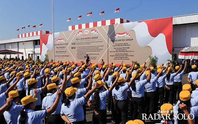 BAKAR SEMANGAT: Presiden Direktur Sritex Iwan Setiawan Lukminto memberikan wejangan saat menjadi inspektur upacara HUT Kemerdekaan Ke-74 RI di kompleks pabrik setempat, kemarin (17/8).