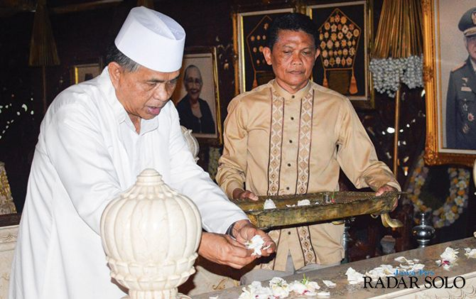 DIDOAKAN: Prosesi haul Ibu Tien Soeharto di Astana Giri Bangun, Matesih, Karanganyar.
