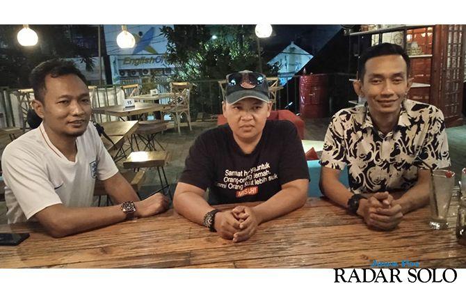 MEDIASI: Panpel Persis, dan Pasoepati menemui wartawan Madiun (tengah) korban kekerasan di laga Persis kontra PSIM.