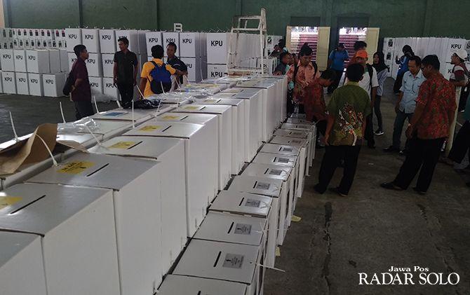 SIBUK: Gudang logistik KPU Wonogiri di kompleks GOR Giri Mandala.