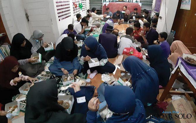 BERMANFAAT: Anggota Komunitas Bismillah terus menebar kebaikan lewat aksi sosial mereka.