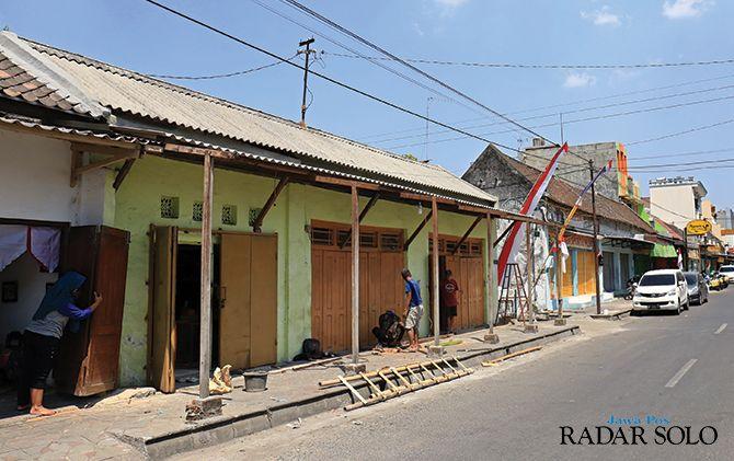 LANGGAR PERDA: Bangunan di Jalan Teuku Umar, timur Mangkunegaran ini ditertibkan karena memakan bahu jalan.