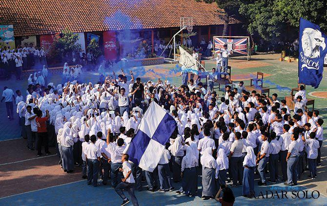 PEMANASAN: Suporter SMAN Colomadu menyanyikan beberapa chant saat roadshow DBL digelar di sekolah mereka.
