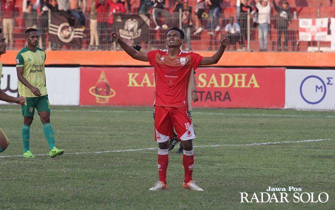 DOA KEPADA TUHAN: Bintang Persis Solo, Iman Budi saat melakukan selebrasi gol.