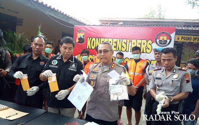 DICEK LABORATORIUM: Kapolres Sragen AKBP Yimmy Kurniawan menunjukkan narkoba jenis baru.