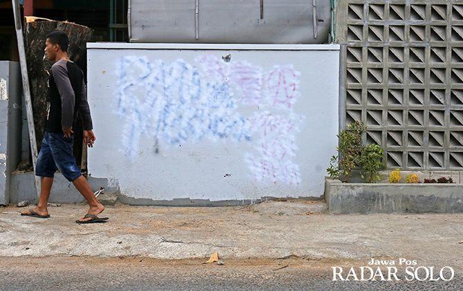 Bekas vandalismen Papua Merdeka di tembok di Solo telah ditutup cat putih