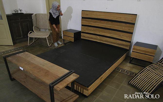 HARUS BERINOVASI: Mebel kualitas ekspor didisplat di Rumah Kriya Banjarsari, belum lama ini.