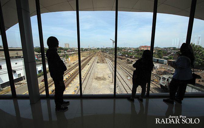 TAHAP AKHIR: Kondisi peron KA bandara di Stasiun Solo Balapan.
