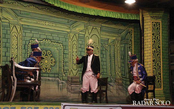 LUWES: Bupati Joko Sutopo (tengah) saat memerankan Gubernur Jenderal Nikolas dalam pentas ketoprak Pesta Rakyat Jawa Tengah 2019.