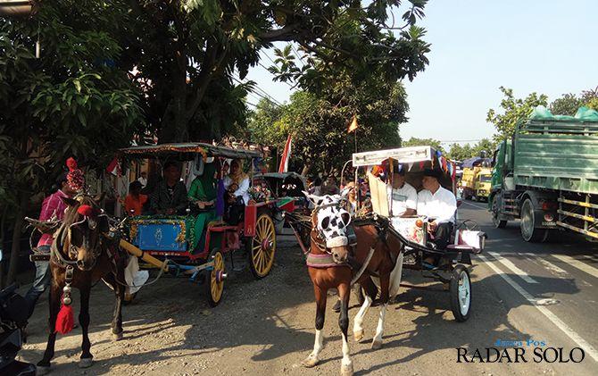 UNIK: Rombongan calon kades Duyungan, Kecamatan Sidoharjo berangkat ke balai desa setempat untuk mengambil nomor urut pilkades, kemarin (29/8).
