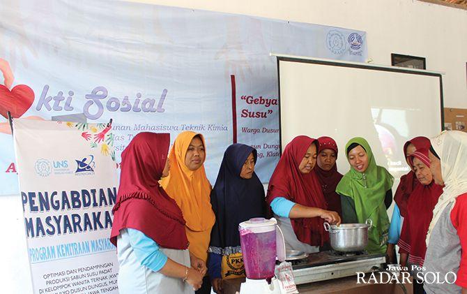 PEMBEKALAN: Warga mengolah sabun susu padat dibantu PKM UNS di Desa Mundu, Tulung, Klaten.