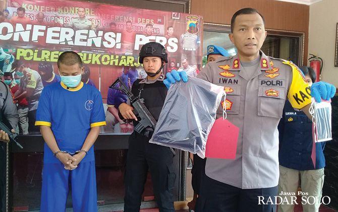 Kapolres Sukoharjo AKBP Iwan Saktiadi menunjukkan barang bukti dan pelaku pencabulan