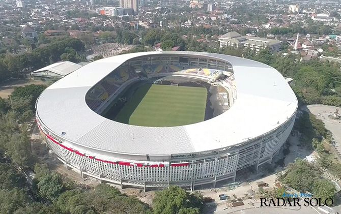 MEGAH: Suasana dari atas Stadion Manahan yang masih dalam tahap revitalisasi. Direncanakan pekan ini peremajaan Stadion Manahan sudah mencapai 100 persen.