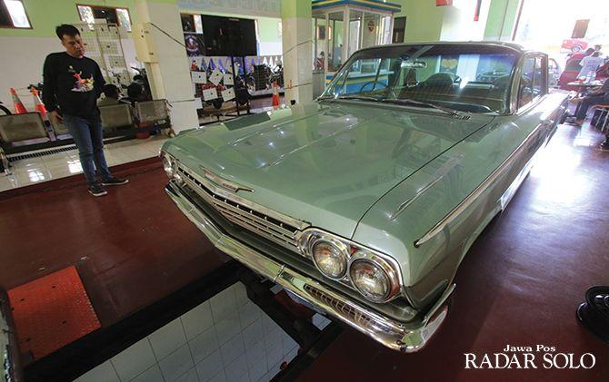 KELANGENAN: Mobil antik memeriahkan peringatan Hari Perhubungan Nasional di kantor Dinas Perhubungan Surakarta kemarin (7/9).
