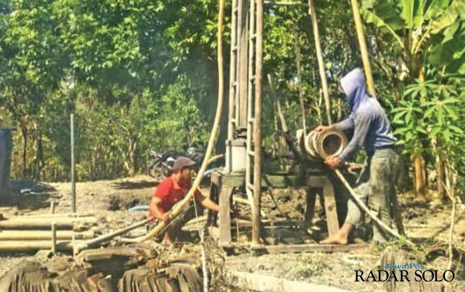 KERJA KERAS: Pengeboran sumur di Dusun Ngrawan, Desa Krendowahono, Gondangrejo belum sesuai harapan karena tidak mengeluarkan air. Warga setempat masih kesulitan air bersih.