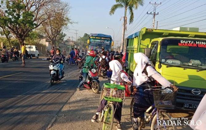 TKP LAKA: Kecelakaan antara pengendara motor dengan bus Sugeng Rahayu terjadi di depan SMPN 1 Masaran.