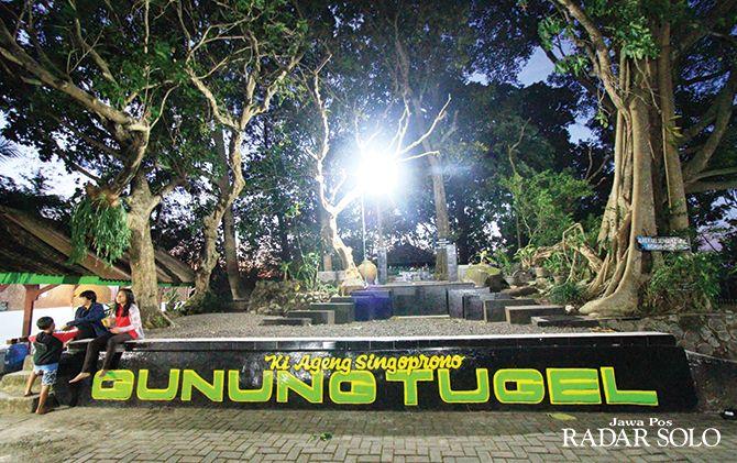 PERSIAPAN: Warga mengunjungi Makam Ki Ageng Singoprono di Puncak Gunung Tugel, Sambi.