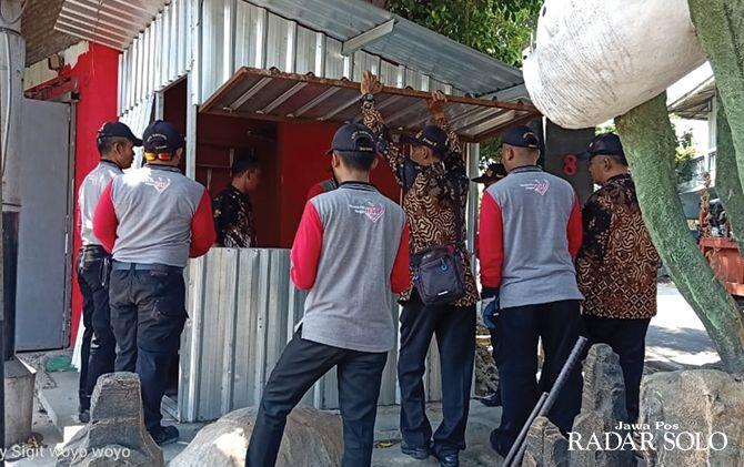 TEGAS: Petugas Disdag Surakarta bongkar bangunan liar di Jalan Juanda kemarin (10/9).